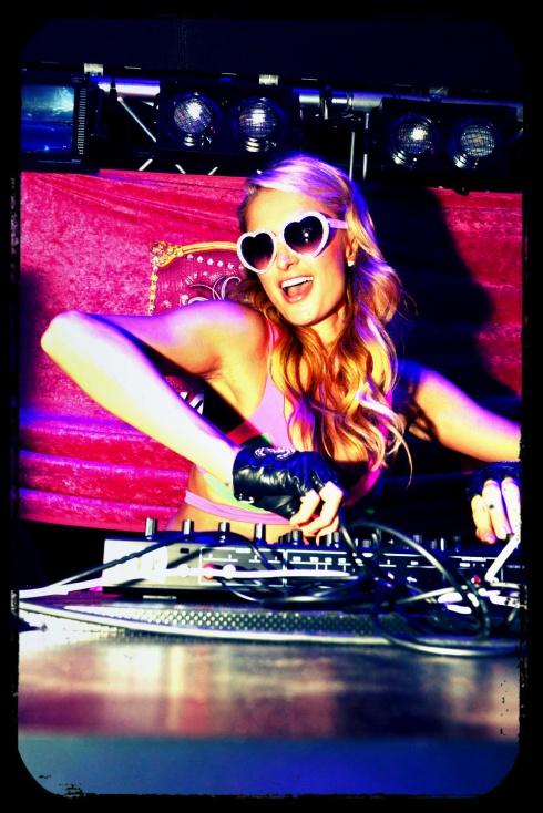 Que bien se lo pasa y que gafas más Barbie! ;) Fotos by © Paris Hilton