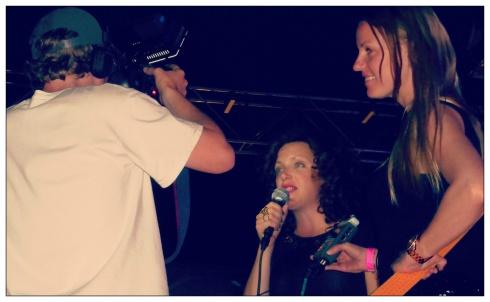 Annie Mac siendo entrevistada y Lucy Coates a su lado. :)