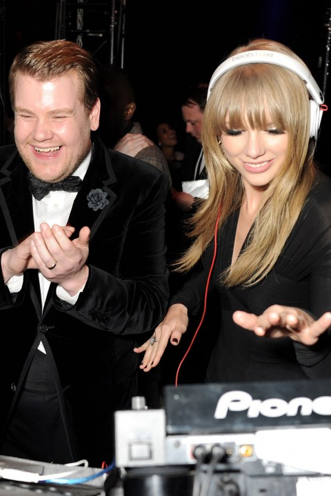 James Corden y Taylor Swift haciendo de DJ's © Huff Post